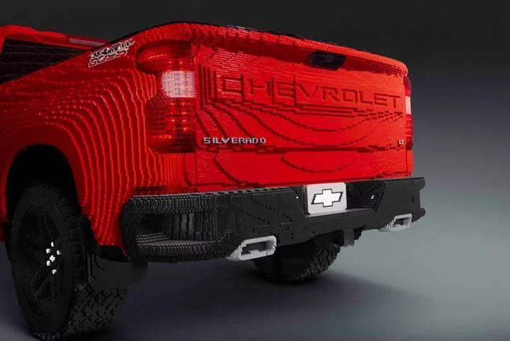 Yüzbinlerce Lego parçasından oluşan gerçek boyutlu Chevrolet Silverado pickup
