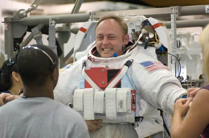 Nasa, Boeing'in ISS'ye düzenlediği ilk insanlı uçuştaki astronotlardan birini değiştirdi