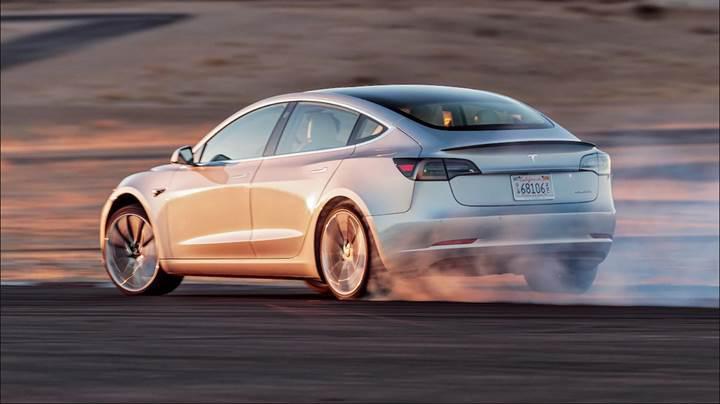 Tesla CEO'su Elon Musk, tam otonom sürüş için tarih verdi