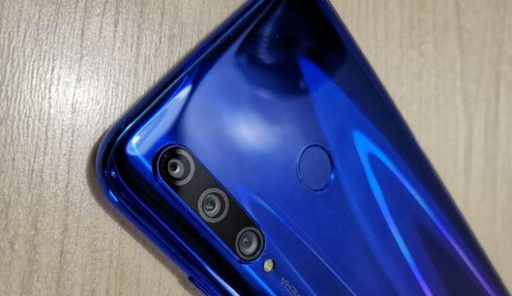 Üç arka kameralı Honor 10i'nin özellikleri ve görüntüsü ortaya çıktı