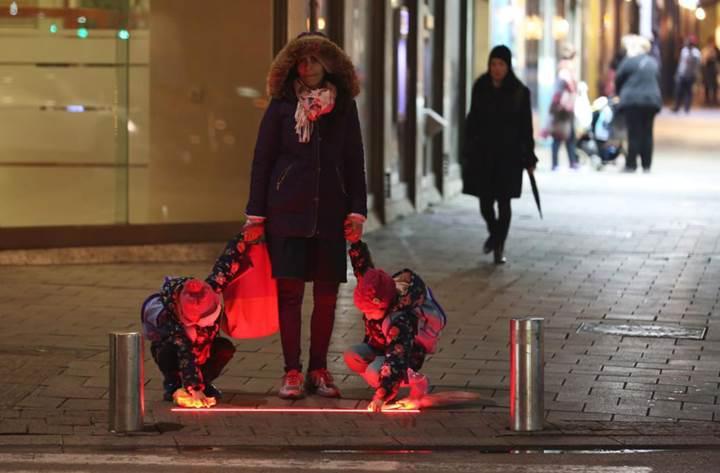 İsrail'de akıllı telefon bağımlıları için yaya geçidi ışıkları test ediliyor
