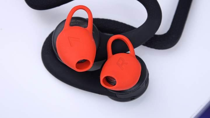 Kordonlu, taşıması kolay sporcu kulaklığı