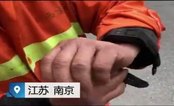 Çinli temizlik işçileri artık konum takibi ve sesli uyarı yapan akıllı bileklikler takmak zorunda