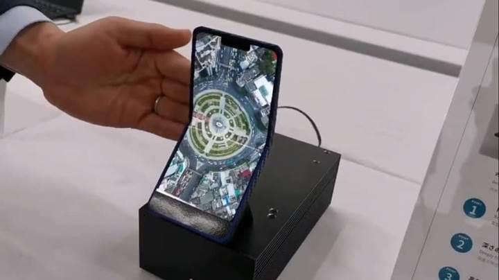 Sharp'ın dikey katlanabilir telefonunun görüntüsü yayınlandı
