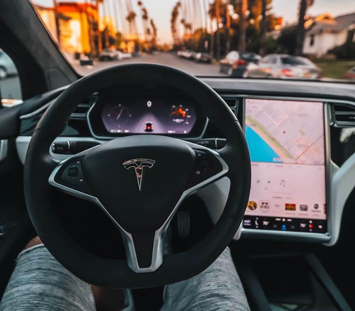 Tesla, otonom sürüş opsiyonunun fiyatını artırıyor