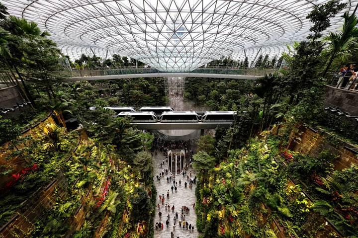 Singapur Changi Havalimanı'nın yeni açılan Jewel terminalinde şelale bile var