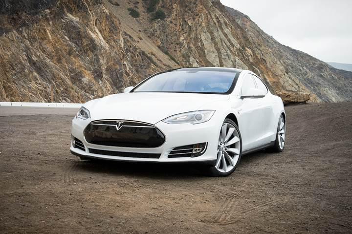 Tesla, Çin'de park halindeyken yanan Model S videosunun gerçekliğini araştıracak