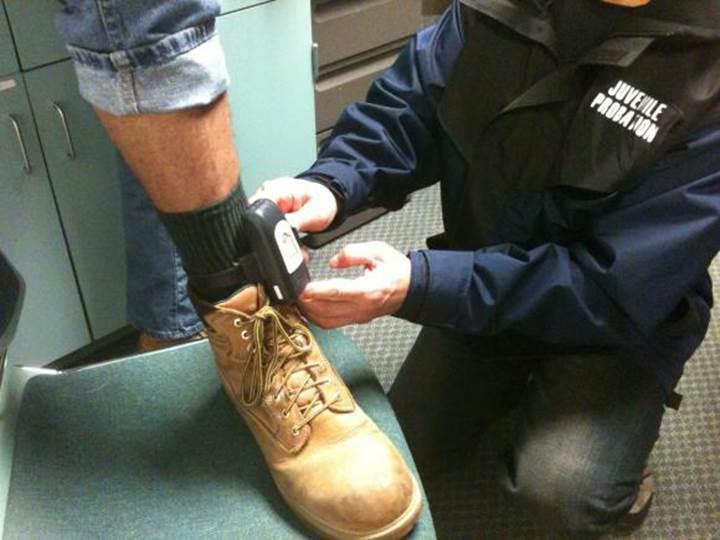 Hollanda polisi tarafından hükümlülere takılan takip cihazları, hatalı yazılım sebebiyle arıza verdi