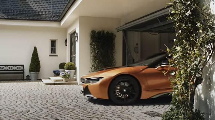 Yeni BMW i8 Roadster reklamında Mercedes'e çok ince gönderme
