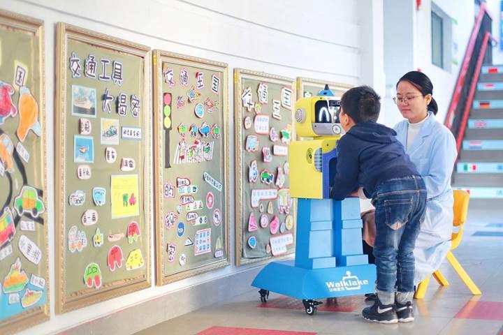 Walklake adlı robot, kreşe giden çocukların hasta olup olmadıklarını tespit edebiliyor
