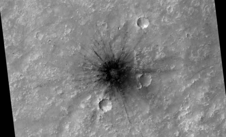 Mars Keşif Uydusu'nun HİRISE kamerasından etkileyici krater görüntüsü