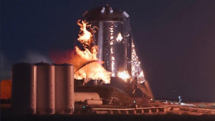 SpaceX'in Starhopper test aracı, denemeler sırasında alev alarak yandı
