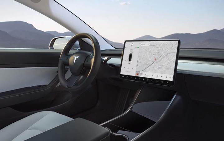 Tesla otomobillere Youtube ve Netflix uygulamaları geliyor