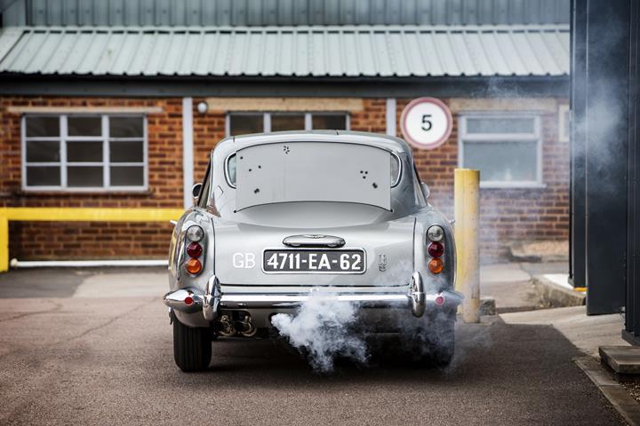 James Bond'un orijinal Aston Martin DB5'i rekor fiyata satıldı