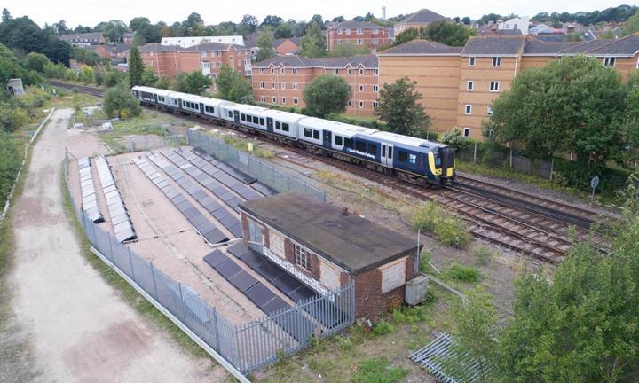 Dünya'nın güneş enerjisiyle çalışan ilk demiryolu İngiltere'de hizmete girdi