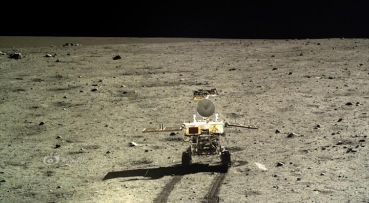 Chang'e 4 uzay aracı, Ay'ın karanlık yüzeyinde tuhaf bir madde buldu