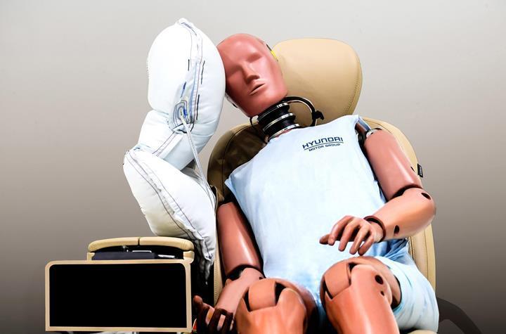 Hyundai, sürücü ve yolcu arasında açılacak bir hava yastığı geliştirdi