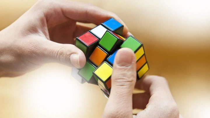 Direksiyonu bırakıp 128 km/s hızla Rubik küpü çözen sürücüye ceza