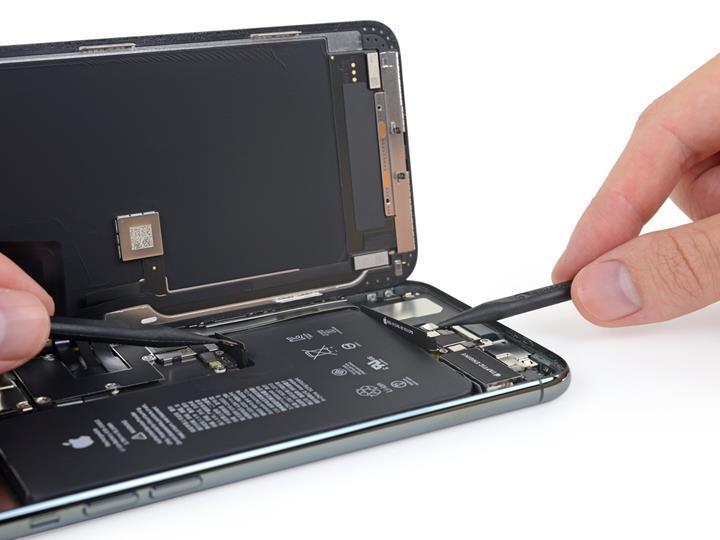 iPhone 11 Pro Max parçaları arasında ikinci batarya bağlantısı dikkat çekiyor