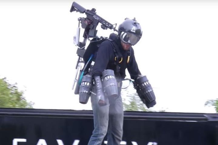 Gravity Industries, uçan giysisine silah ekledi