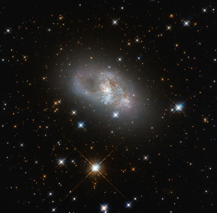 Hubble, 80 milyon ışık yılı uzaklıktaki 'cüce galaksinin' muhteşem fotoğrafını yakaladı