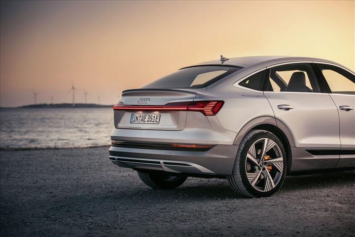 Audi e-tron Sportback, dijital Matrix LED farları ve 466 km menziliyle geldi