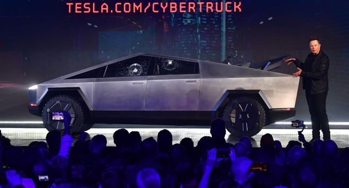 Elon Musk'a soğuk duş: Tesla Cybertruck'ın zırhlı camları ilk denemede kırıldı