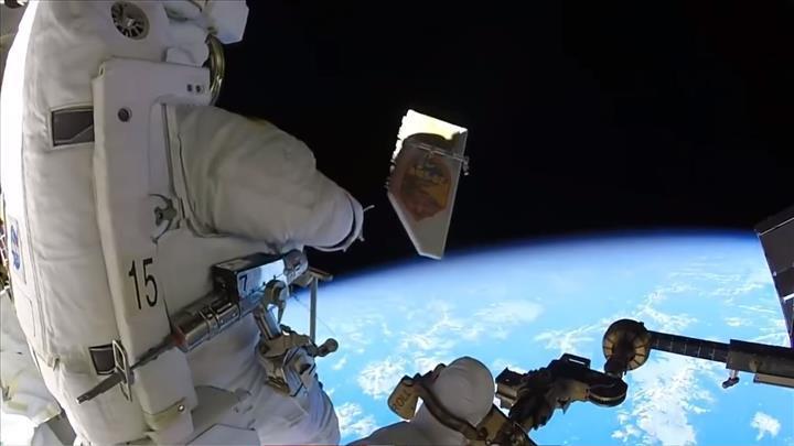 NASA astronotu uzaya çöp bırakırken görüntülendi