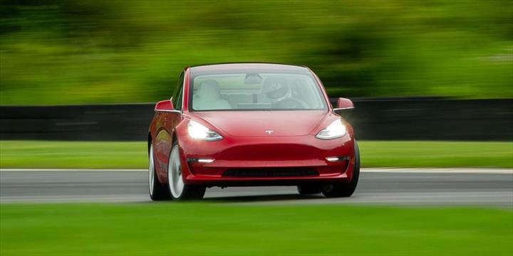 İki bin dolarlık yazılım güncellemesi, Tesla Model 3'ün daha iyi hızlanmasını sağlıyor