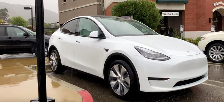 Tesla Model Y'nin çift motorlu versiyonu canlı olarak görüntülendi