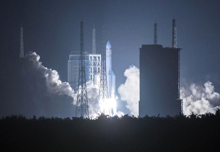 Çin'in devasa roketi 'Long March 5', sahalara geri döndü (VİDEO)