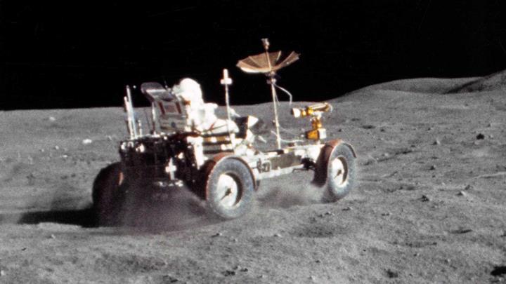 Ay'da araba süren astronotların ilginç görüntüleri (VİDEO)