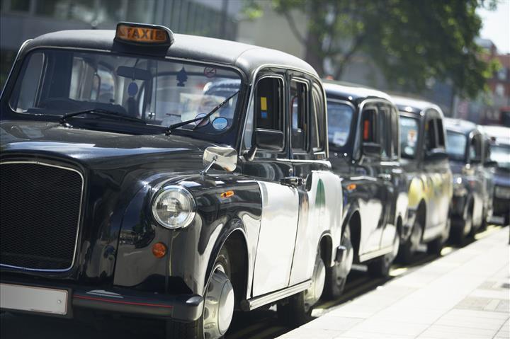 İngiltere, elektrikli taksiler için kablosuz şarj sistemi hazırlıyor