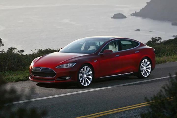 Tesla, araçlarının kendiliğinden hızlandığı iddialarını reddetti