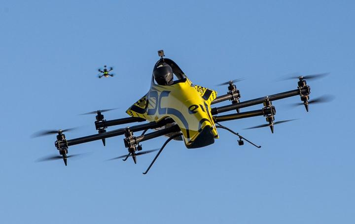 Dünyanın ilk insanlı akrobasi dronu tanıtıldı