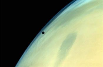 Mars'ın yörüngesinden Phobos görüntüsü.