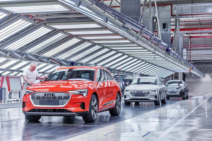 Audi, elektrikli e-tron üretimini askıya aldı
