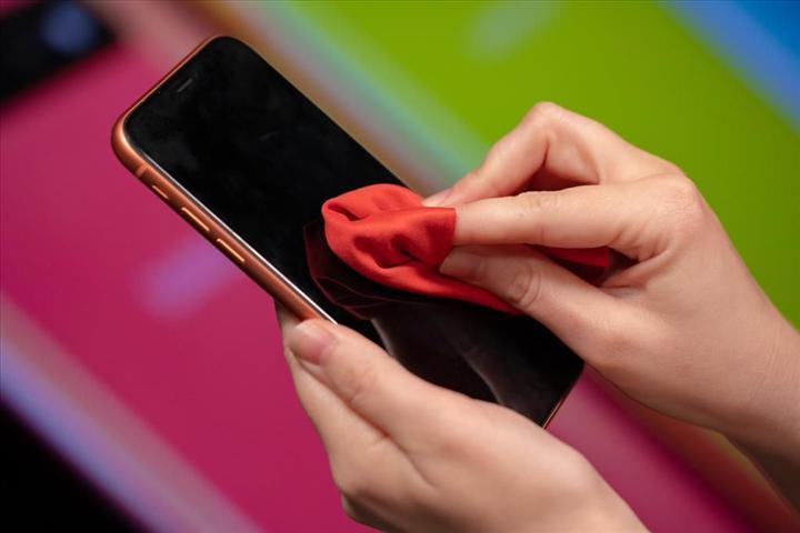 Apple, iPhone modellerinin alkollü mendille temizlenebileceğini açıkladı