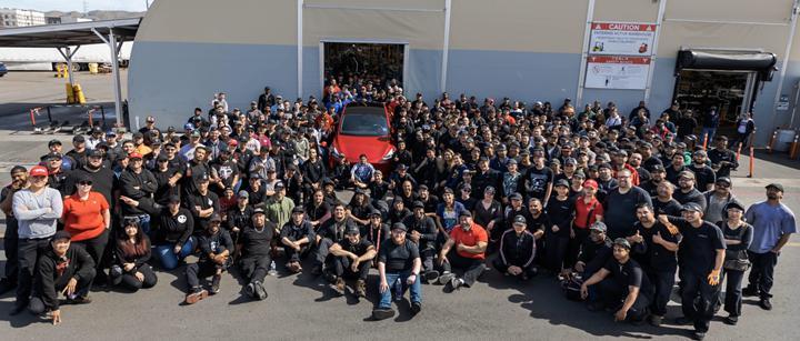 Elon Musk, 1 milyonuncu Tesla modelini üreten ekibini tebrik etti