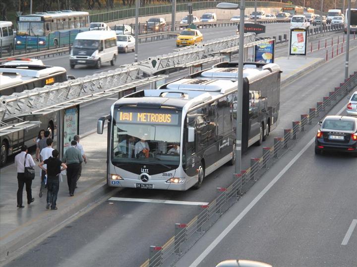 Tüm uyarılara rağmen yaşlılar toplu taşıma kullanmaya devam ediyor
