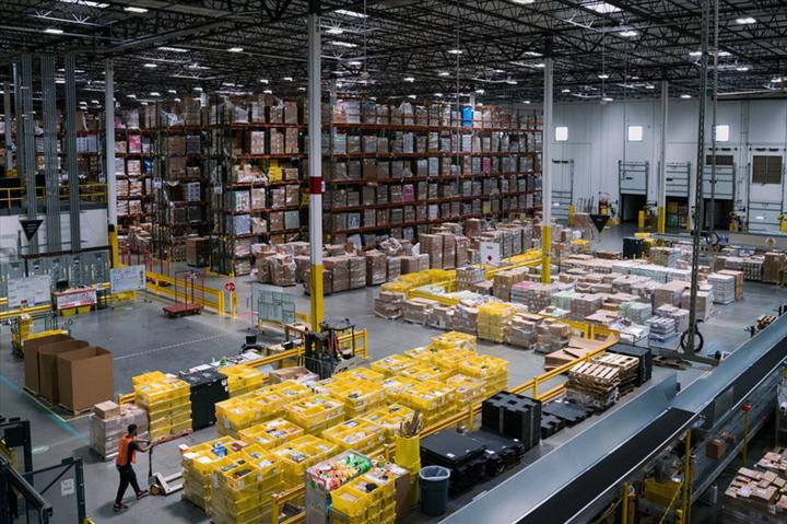Amazon'a ait dağıtım merkezlerinden birinde çalışan işçide koronavirüs tespit edildi