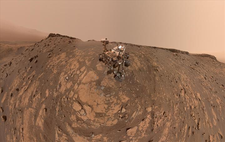 Mars'ta tırmanışa geçen Curiosity, Dünya'ya yeni bir selfie gönderdi