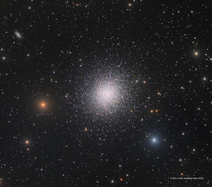 Yüz binlerce yıldızdan oluşan 'dev küresel kümenin' muhteşem görüntüsü