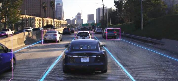 """Elon Musk, Robotaxi projesi ile ilgili konuştu: """"Yasal süreci bekliyoruz"""""""