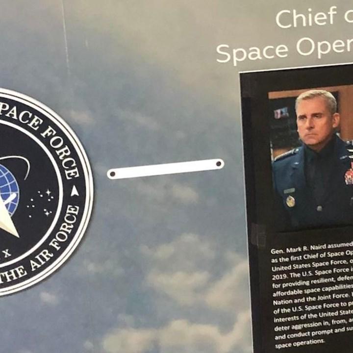 Birileri, şaka olsun diye Steve Carell'i gerçek Uzay Kuvvetleri komutanı yaptı