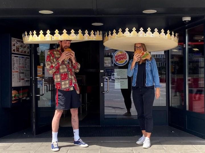 Burger King, sosyal mesafeyi korumak adına müşterilere iki metrelik kral tacı hediye ediyor