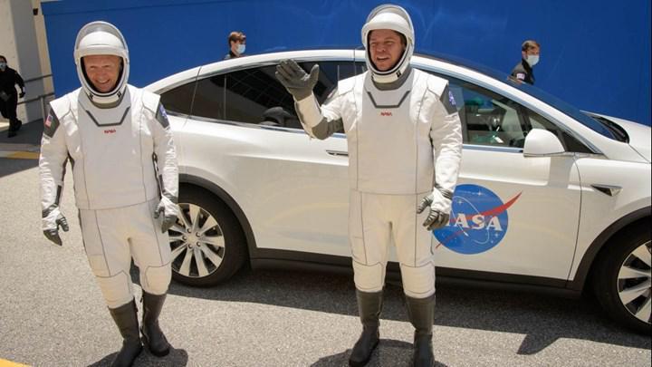SpaceX astronotları, tarihi uçuş öncesinde 'fütüristik' uzay kıyafetlerini sergiledi