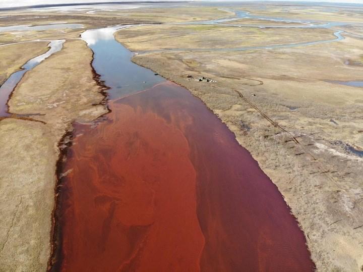 Rusya'da meydana gelen 20 bin tonluk dizel sızıntısı, nehirleri kızıla boyadı