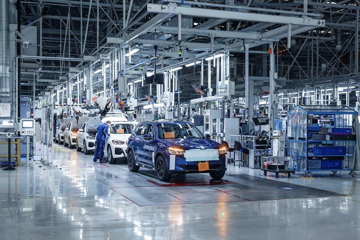 Elektrikli BMW iX3'ün ilk resmi fotoğrafları üretim bandından geldi