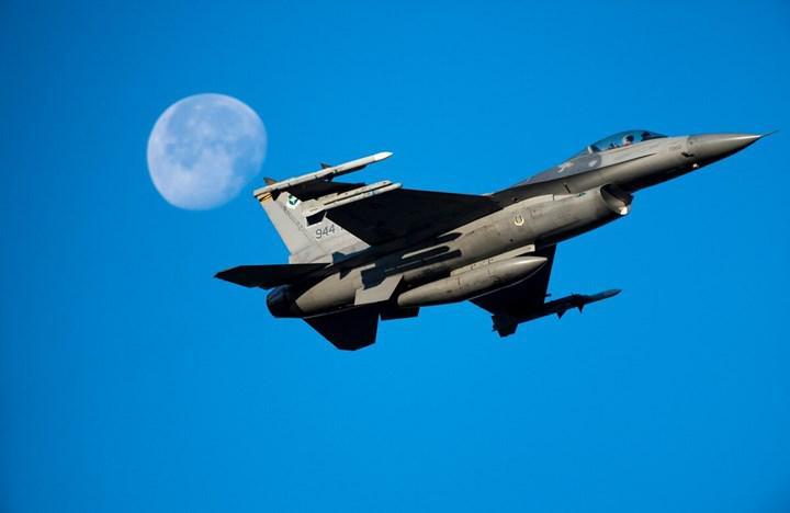 Yapay zekânın uçuracağı bir F-16, simülatör ortamında savaş pilotuna karşı mücadele verecek